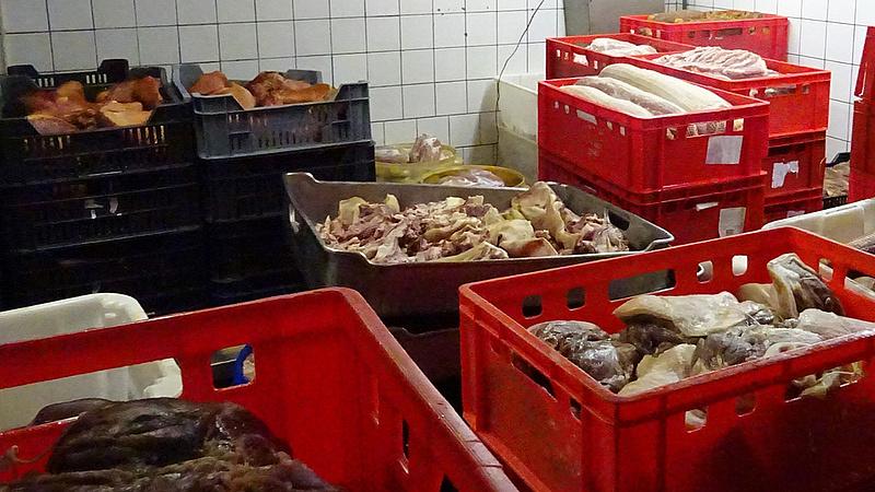Illegálisan szabadultak meg a romlott húsoktól