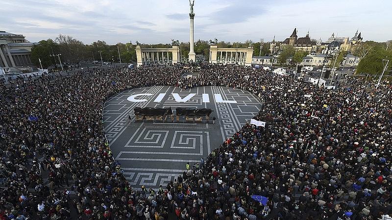 TASZ: Új civilellenes törvényt fogadott el a parlament (frissítve)