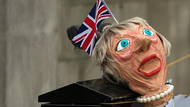 Selyemzsinórt küldtek a brit miniszterelnöknek