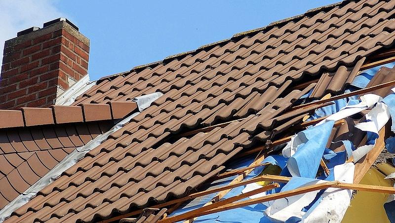Több ezer károsultat hagyott maga után a vasárnapi vihar