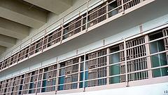 Ekkorát emelnek a börtönőrök fizetésén