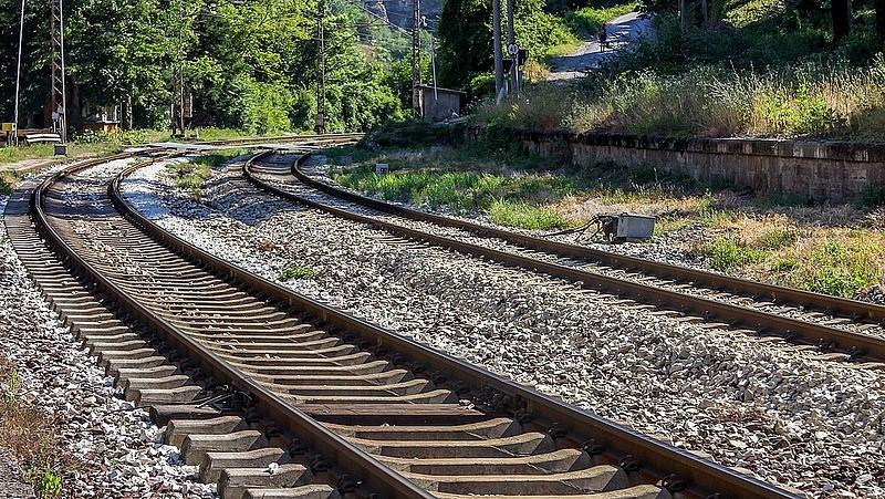 Leszakadt a vezeték, késnek a vonatok