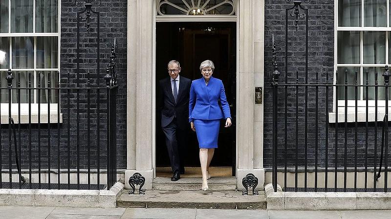 Theresa May bekeményít: rendre inti kollégáit