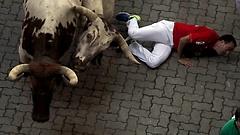 A pamplonai bikafuttatásokon két embert szúrtak meg a bikák