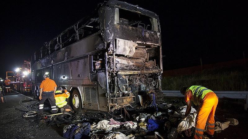 Kiégett egy turistabusz az M7-es autópályán