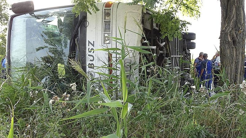 Felborult egy autóbusz Cegléd határában, sokan megsérültek
