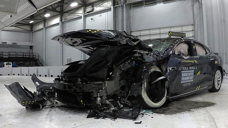 Ütközés előtt gyorsított az önvezető Tesla