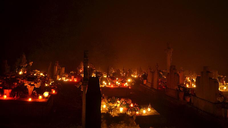 Megszállja az adóhatóság a temetők környékét