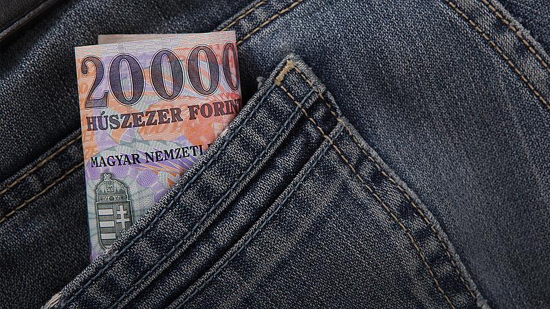 Milliárdos jutalmakat osztottak a minisztériumok