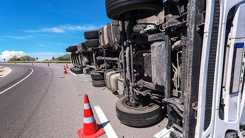 Felborult egy teherautó, lezárták a 74-es főutat