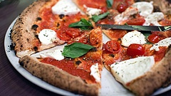 Ingyen pizzát ad a frissen oltottaknak egy magyar étteremlánc