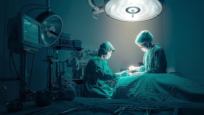 Borzasztóan hosszú várólistákkal indulhat újra az egészségügyi ellátás