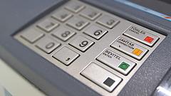 Átlag 300 ezret fizetünk be az ATM-ekbe