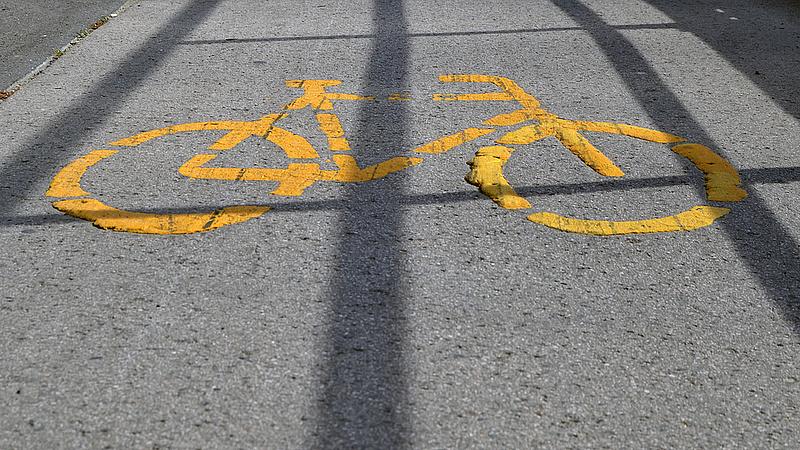 Új táblákat tesznek ki a kerékpárutakra
