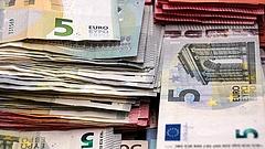 Nagy a baj a bérekkel - lép az EU