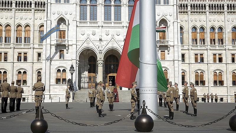 Ezért lesz ma félárbócon a zászló a Kossuth téren
