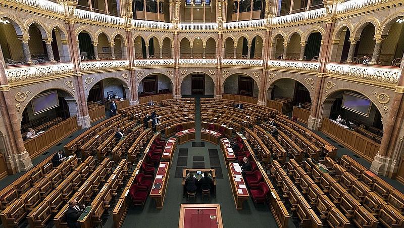 Váratlanul megszakították a parlament alakuló ülésének előkészítőjét