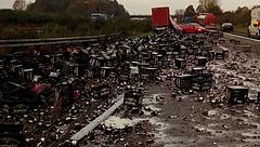 30 ezer üveg sör az autópályán - fotó