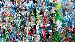 Tele van műanyag szeméttel a Földközi-tenger