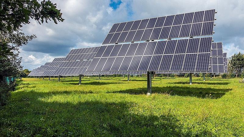 Szaúd-Arábia napenergiába fektet