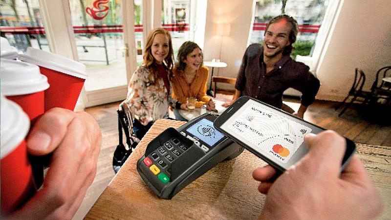 Felejtsük el a bankkártyát? Komoly változás jöhet a fizetéseknél