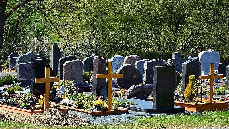 Milliós tömeget várnak a temetőkbe