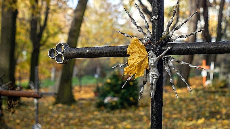 Nehéz elhelyezni a magyar koronavírusos halottakat, túlterhelt a temetkezési rendszer