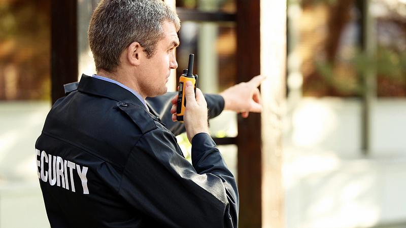 Óriási gond a magyar biztonsági őröknél - ezt találta a hatóság