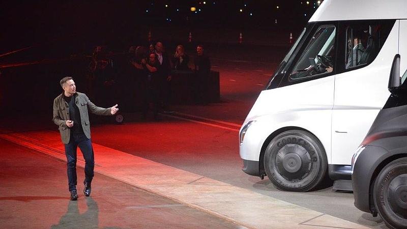 Elon Musk továbbra is bejár dolgozni