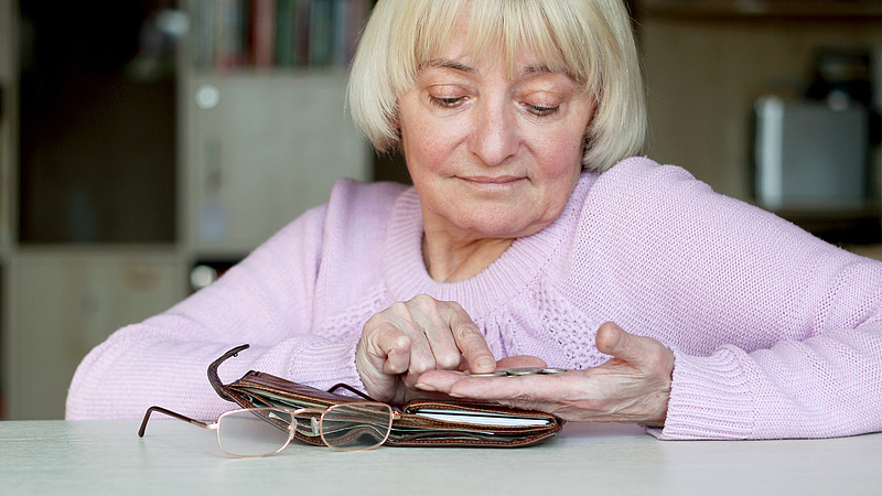 Kiszámolták, mennyit vettek ki a nyugdíjasok zsebéből