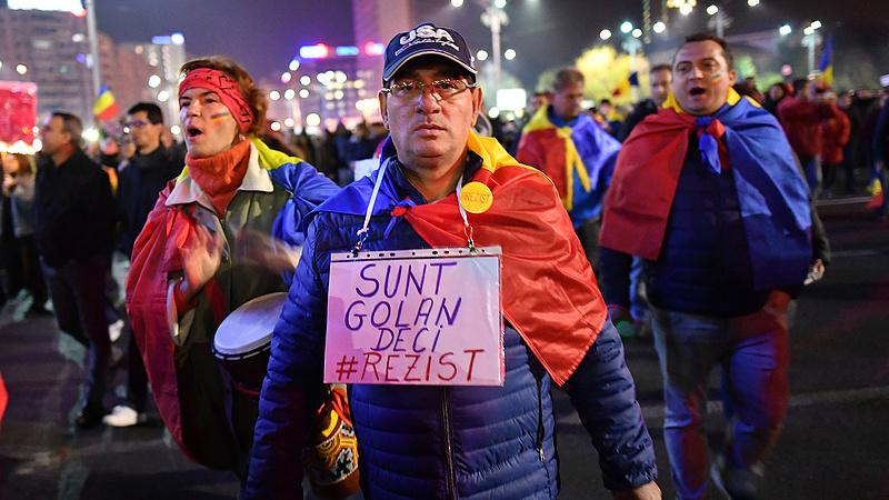 Óriási csata a nyugdíjrendszer körül a szomszédban - kísért a magyar út