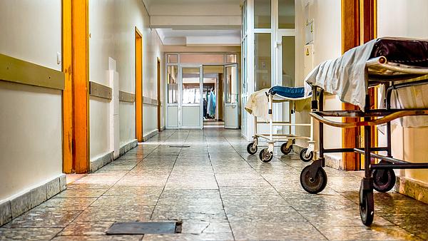Koronavírus: tilos a látogatás öt klinikán