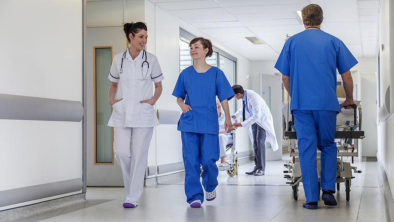 Az egészségügyieken csattanhatnak a lazítás következményei
