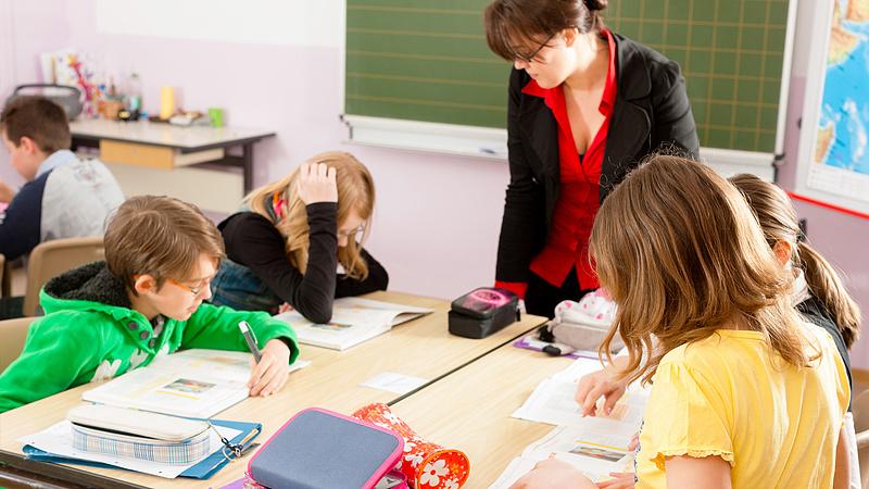 Gyerekfelügyelet: önkéntességet, soron kívüli oltást követelnek a pedagógusok