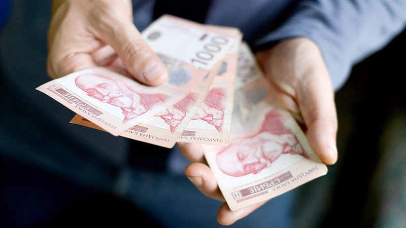 Pénzesőt bocsát a szerb lakosságra a belgrádi kormány
