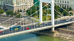 Bombát találtak az Erzsébet hídnál - készüljön lezárásokra!
