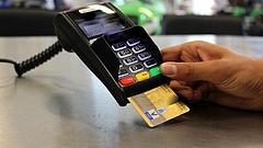 Januártól változnak a fizetések: a kereskedők és szolgáltatók fele érintett
