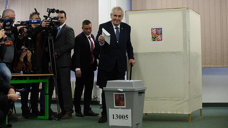 Cseh elnökválasztás: Zemannak áll a zászló