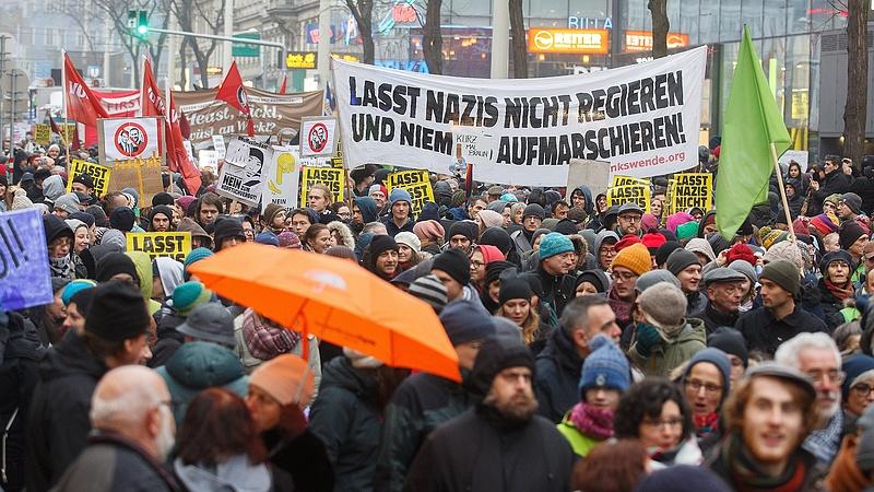 Több tízezer bécsi tüntetett a Kurz-kormány ellen