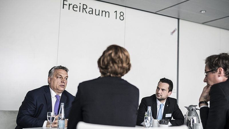 Orbán Németországban: segíteni kell a menekülteken