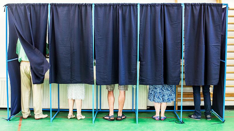 Ma szállítják ki a választókerületekbe az átjelentkezők szavazólapjait