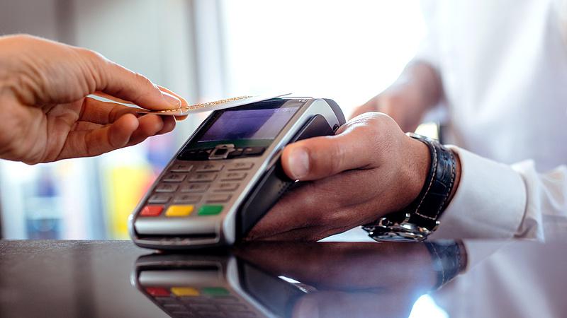 Díjat csökkent a Visa és a Mastercard