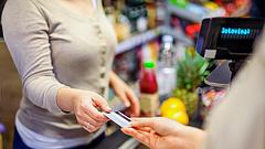 Bankkártyás fizetés: a magyarok szeretnek a középkorban élni