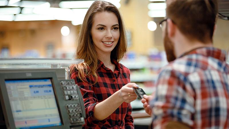 Kártyával fizet? - Kellemetlen változás számos magyar boltban