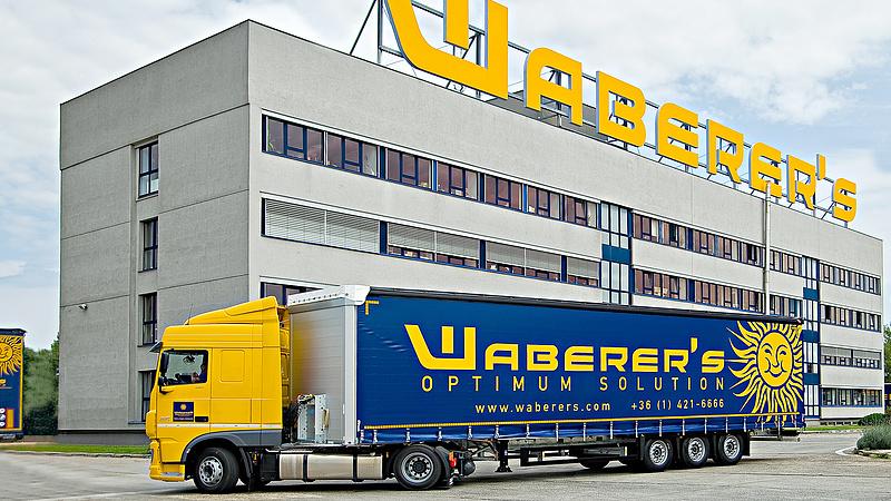 Töménytelen mennyiségű Waberer's pótkocsi áll Budaörsön