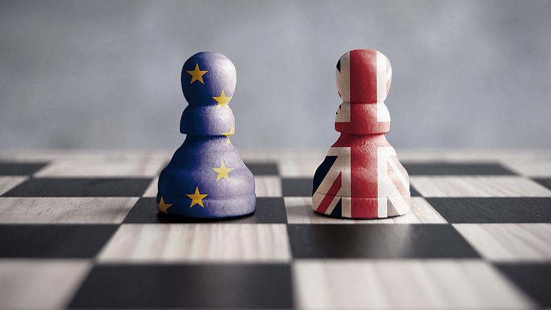 Kitört a nyílt háború, az EU jól szórakozik