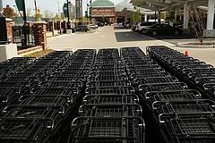 Milliárdos flották állnak a Tesco-, Auchan-parkolókban