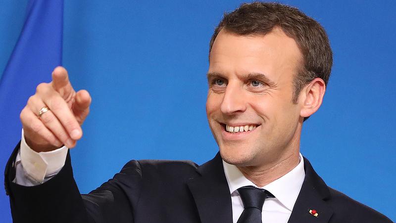 Napóleonként harcol a vírustagadókkal a francia államfő
