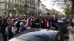 Elkezdődött a tüntetés az Operánál - nagy a tömeg