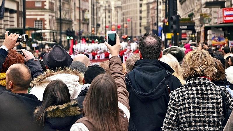 Káoszra, tüntetésekre és elbocsátásokra számít a brit kormány